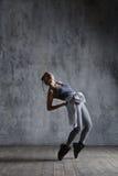 O dançarino bonito novo está levantando no estúdio fotos de stock