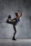 O dançarino bonito novo está levantando no estúdio fotografia de stock