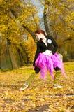 O dançarino dança no outono Imagens de Stock Royalty Free