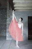 O dançarino de bailado faz para aquecer-se antes do desempenho Imagens de Stock Royalty Free
