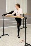 O dançarino de bailado gracioso consideravelmente novo aquece-se Imagem de Stock