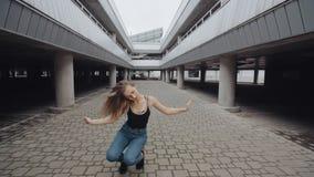 O dançarino fêmea louro está executando a dança moderna, o levantamento, a torção e senta-se levanta, estilo livre contemporâneo video estoque