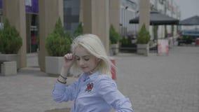 O dançarino fêmea novo profissional que aprecia a dança mostrando o latino sensual move-se no ritmo da salsa fora na rua da cidad filme