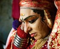 O dançarino indiano tradicional ajusta seu traje antes da mostra Foto de Stock Royalty Free