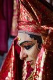 O dançarino indiano tradicional ajusta seu traje antes da mostra Fotos de Stock Royalty Free