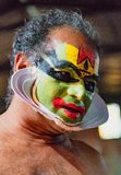 O dançarino indiano tradicional aplica a pintura a sua cara antes do sho Imagem de Stock Royalty Free