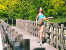 O dançarino latino com um pé aumentou na parte dianteira Imagem de Stock