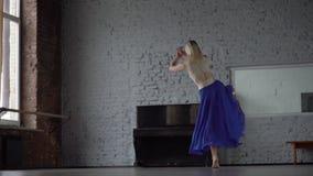 O dançarino louro de surpresa faz a guita um um pé na saia azul vídeos de arquivo