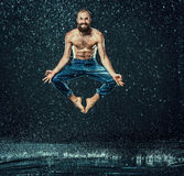 O dançarino masculino da ruptura na água foto de stock royalty free