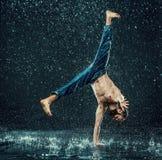 O dançarino masculino da ruptura na água imagem de stock