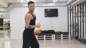 O dançarino profissional ensaia Está no salão para ensaios Ensaia o contemporâneo da dança contemporary Ele vídeos de arquivo