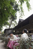 O dançarino que espera executa a dança tailandesa tradicional Foto de Stock Royalty Free