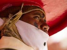 O dançarino que executa a dança religiosa do chapéu negro imagem de stock royalty free