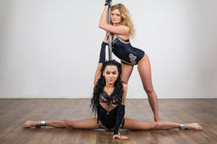 O dançarino que faz truques acrobáticos com e faz as separações fotografia de stock