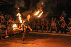 O dançarino tailandês executa com o fogo Fotografia de Stock Royalty Free