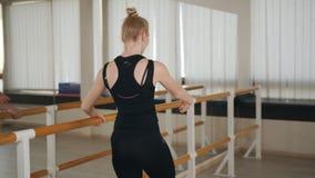 O dan?arino de bailado f?mea gracioso novo no treinamento veste o exerc?cio na classe do bailado video estoque