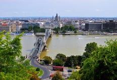 O Danube River, a ponte Chain de Széchenyi e a cidade imagens de stock