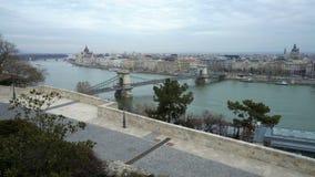 O Danube River, telhados e a ponte de corrente de Szechenyi em Budapest, Hungria filme