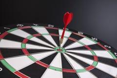 O dardo smack no bullseye imagem de stock