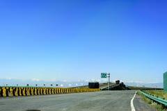 O de alta velocidade na província de Qinghai de China aprecia o cenário bonito de montanhas neve-tampadas Imagens de Stock