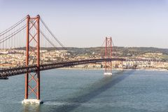 25o de April Bridge em Lisboa, Portugal Imagens de Stock Royalty Free