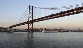 25o de April Bridge em Lisboa, Portugal Imagem de Stock