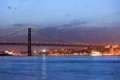25o de April Bridge na noite em Lisboa Imagem de Stock