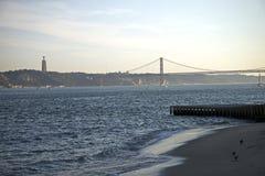 25o de April Bridge no por do sol em Lisboa, Portugal Foto de Stock