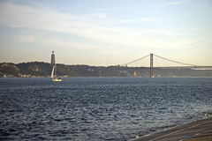 25o de April Bridge no por do sol em Lisboa, Portugal Foto de Stock Royalty Free