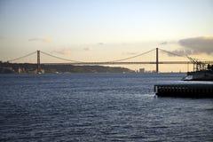25o de April Bridge no por do sol em Lisboa, Portugal Fotos de Stock