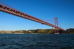25o de April Bridge que mede o Tagus River Foto de Stock