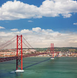 25o de April Suspension Bridge em Lisboa, Portugal, Eutopean tr Foto de Stock Royalty Free