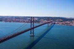 25o de April Suspension Bridge sobre o Tagus, Lisboa, Europa Foto de Stock