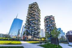 O ` de Bosco Verticale do `, o apartamento da floresta e as construções verticais e Unicredit elevam-se no ` de Isola do ` da áre foto de stock