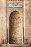 O 11/18/2018 de Cairo, Egito, arco incredibly bonito com os ornamento na entrada à grande mesquita fotos de stock