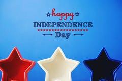 4o de decorações de julho no fundo azul Imagens de Stock