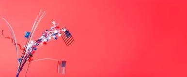 4o de decorações e de bandeiras americanas de julho Imagem de Stock Royalty Free