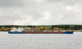 O ` de Oka 62 do ` do navio de carga, o Rio Volga, oblast de Vologda da Federação Russa 29 de setembro de 2017 O navio de carga c Imagens de Stock