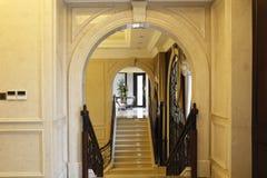 O ¼ de primeira qualidade Œstone do archï das escadas do clube arqueia, escadas rolantes e cortina, flor Imagens de Stock