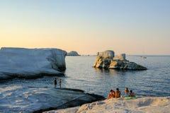 O 14 de setembro 2018 Milos, Grécia Rochas lisas da linha costeira O último t fotos de stock royalty free
