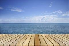O decking de madeira superior vazio e o mar bonito da paz no fundo, momento do resto, hora de descansar, refrigeram para fora foto de stock royalty free