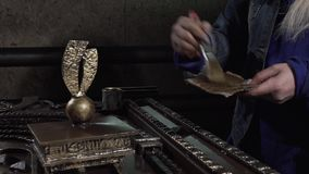 O decorador do close-up cobre um produto bonito do ferro vídeos de arquivo