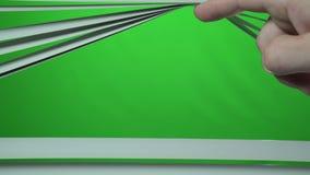 O dedo do homem abre o jalousie acima Tela verde filme