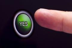 O dedo pressiona o botão verde do YES no écran sensível Fotografia de Stock Royalty Free