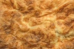 O deleite tradicional sérvio Gibanica amarrotou o queijo Cru cozido torta foto de stock royalty free