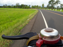 O delicado abstrato borrou a silhueta de, o por do sol, a estrada, o campo verde do arroz 'paddy' com o céu bonito e a nuvem no Foto de Stock