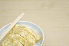 O delicado ferveu o arroz e a omeleta na bacia com varas da costeleta Fotos de Stock