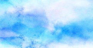 O delicado manchou o fundo claro da aquarela da cor dos azul-c?u O Aquarelle pintou a lona textured de papel para o projeto do vi imagem de stock