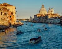 O della de Santa Maria do canal grande e da basílica sauda, Veneza, Italia fotos de stock