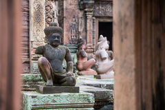 O demônio no templo de Banteay Srei, Camboja imagens de stock